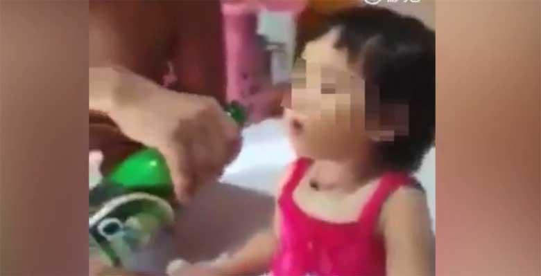 VIDEO: Isa joodab beebile õlut - laps keeldub oma jooki joomast ning soovib nuttes vaid õlut