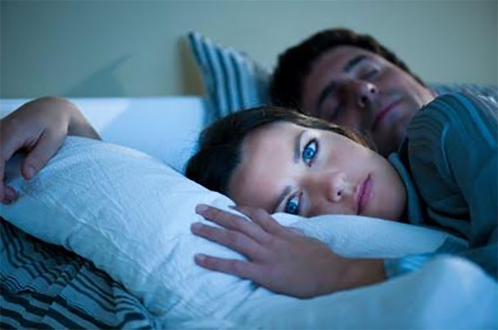 1. Alustuseks peate mõistma, et suunis magada 8 tundi päevas ongi vaid suunis. See töötab paljude inimeste, kuid mitte kõigi jaoks. Seega kohandage see enda jaoks sobivaks.