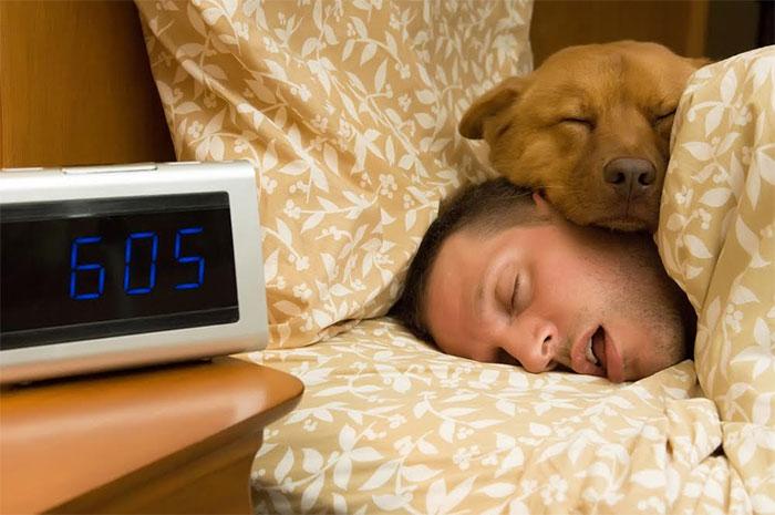 3. Selleks, et selgitada välja, mis kell peaksite magama minema, selgitage välja, mis kell teil tuleb hommikul tõusta ning lahutage sellest 7,5 tundi, et leida hea aeg alustamaks voodisse sättimist.