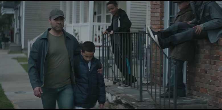 VIDEO: Isa kõnnib koos kartva pojaga mööda kiusajatest - vaata, mis saama hakkab...