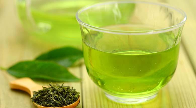 4. Roheline tee See maksasõbralik jook on täis taimseid antioksüdante, mida tuntakse katehhiinide nime all – ühend, mis toetab maksafunktsiooni. Roheline tee on maitsev, tervislik lisand igale dieedile. Kuid tuleb meeles pidada, et kasulik on roheline tee, mitte rohelise tee ekstrakt. Mõned uuringud näitavad, et rohelise tee ekstraktil võib tegelikult olla negatiivne mõju maksa tervisele. Seega piirduge harilikul viisil valmistatud joogiga, et nautida rohelise tee kasulikkust.