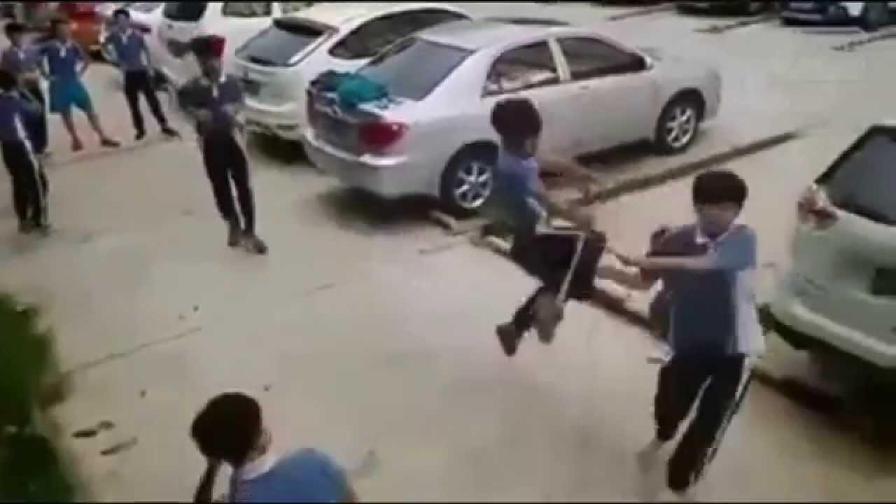VIDEO: VÕIMAS, vaata kuidas väike poiss viiele poisile koha kätte näitab