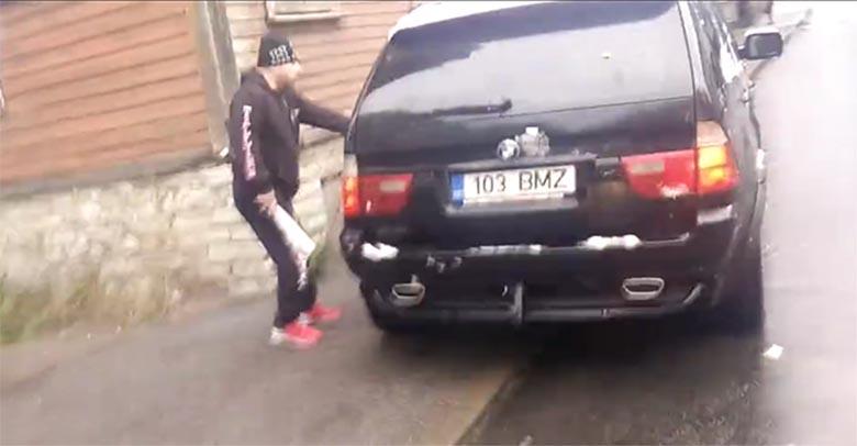 VIDEO: Vägivald Tallinnas - BMW maasturist  välja hüpav mees peksab kurikaga teise auto puruks