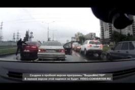 VIDEO: LIIKUSRAEV – mees läheb vale auto juurde rusikatega vehkima ja saab ise korralikult pasunasse