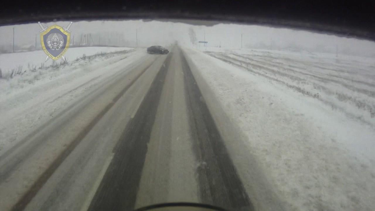 VIDEO: JUBE AVARII – SÕIDUAUTO sõidab veoauto rataste alla