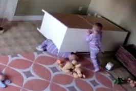 VIDEO: 2-aastane poiss päästab oma kaksikvenna surmasuust