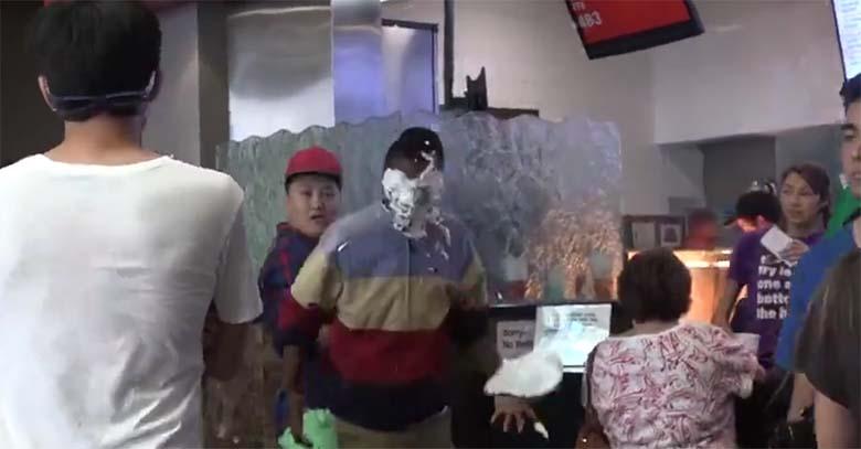 VIDEO: JULMAD NALJAD - MEES paneb tänaval suvalistele inimestele tordi näkku