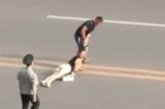 VIDEO: MEES LOHISTAB KARJUVAT naist juustest tirides üle tänava – politsei jälgib kogu tegevust rahulolevalt pealt