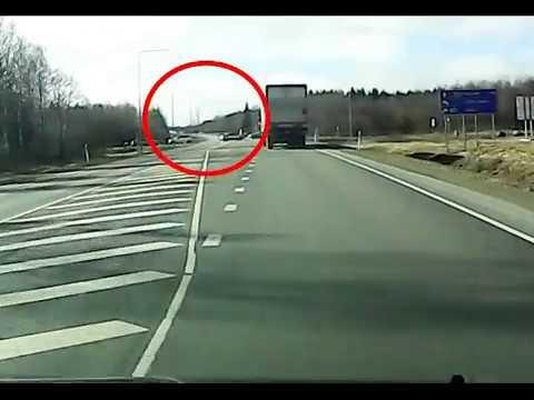 HOOLIMATU AUTOJUHT Tallinna–Narva maanteel keerab ette peateel liikuvale veoautole