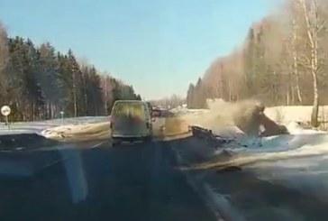 VIDEO: KAUBIKUJUHT rammib julmalt sõiduauto teelt välja
