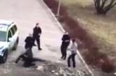 VIDEO: IMMIGRANT ANNAB kolmele politseile tappa ja peksab nende auto puruks