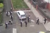 MIS TOIMUB? VAATA, kuidas 11 politseiniku põgeneb ühe pagulase eest