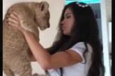 VIDEO: VÄGA HULL – VAATA, mis selle kauni tüdrukuga juhtub lõvikutsikat hoides