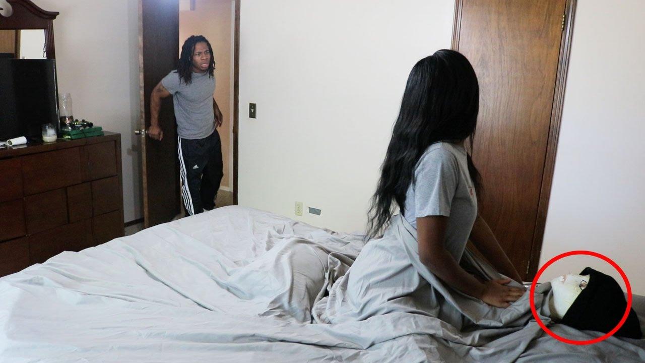 VIDEO: VAATA, mida teeb mees naisega, kui tabab ta voodist teisega...