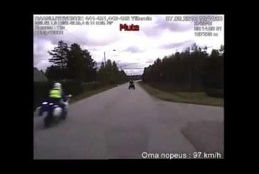 VÕIGAS VIDEO: SOOMES RAMMIB tagaaetav politsei mootorratta teelt välja