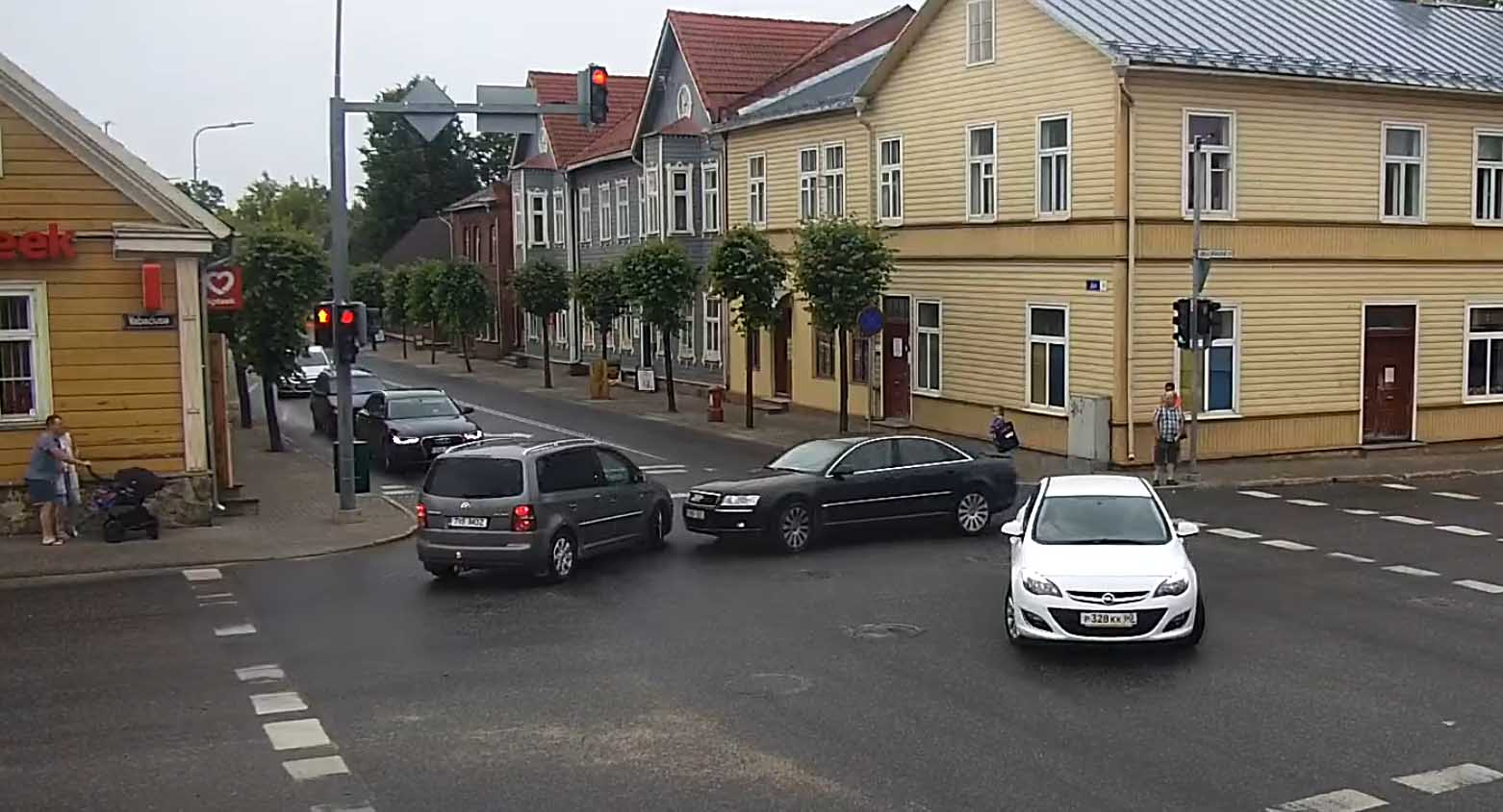 VIDEO: RISTMIKUL olev kaamera jäädvustas avarii Võrus