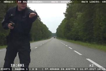 VIDEO: LÄTIS AJAS politsei taga 185 km/h kihutavat Eesti numbrimärkidega BMWd