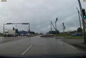 VIDEO: TALLINNAS, Peterburi maanteel jäi suurest õnnetusest puudu mõned sentimeetrid