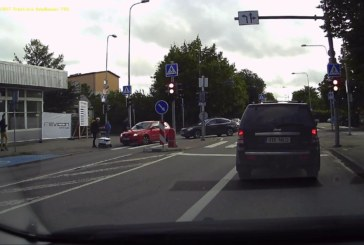 VIDEO: TALLINNAS PÕRKASID kokku pakirobot ja sõiduauto