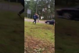 KOHUTAV VIDEO: LÄTIS sõitis vihane autojuht suurel kiirusel  inimesele otsa, paisates inimese mitme meetri kõrgusele