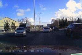 VIDEO: LIIKLUSRAEV TALLINNAS, TAMMSAARE TEEL – kahe auto vahel käib korralik võitlus
