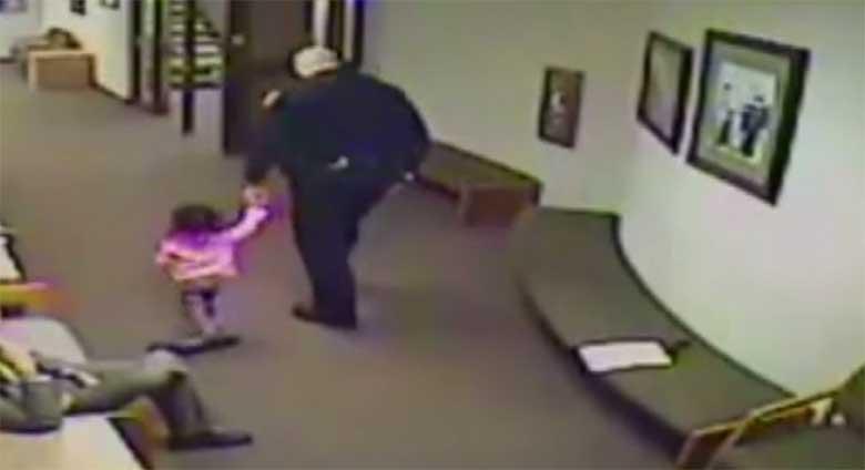 VIDEO: VAATA, MIDA tegi see politsei 2-aastase tüdrukuga, kui tema isa kohtus oli