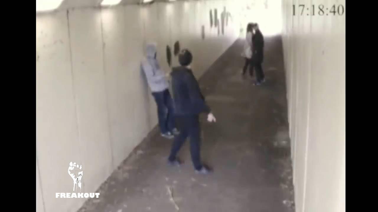 VIDEO: TÜLINORIJAD loopisid rahulikult kõndiva paari naispoolt - vaata, mis selle naise mees selle peale teeb