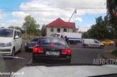 VIDEO: ÜLBIK SAAB liikluses koslepit – politsei laseb taustaks sireene ja vaatab kaklust pealt