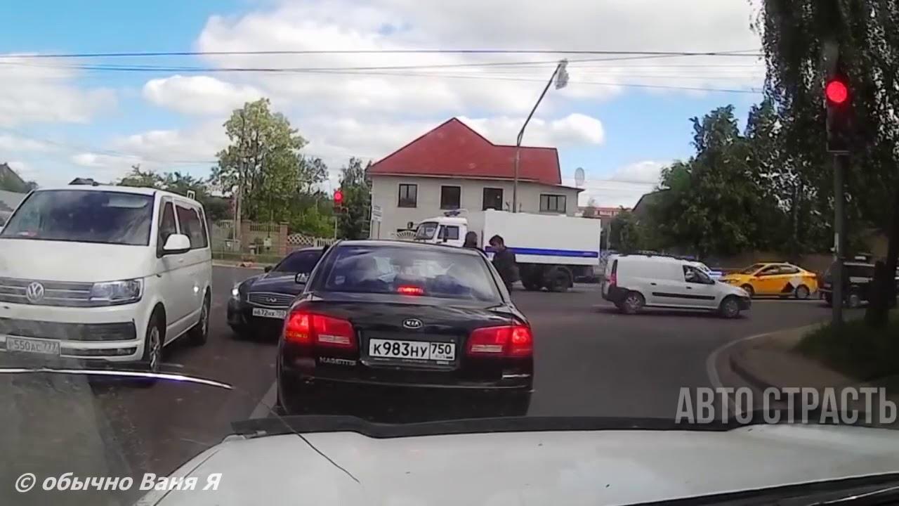 VIDEO: ÜLBIK SAAB liikluses koslepit - politsei laseb taustaks sireene ja vaatab kaklust pealt