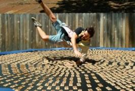 VIDEO: VAATA, KUIDAS mees hüppab üliaegluubis 1000 hiirelõksu peale
