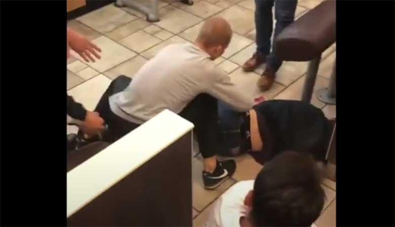 VIDEO: EESTIS McDonaldsis ründavad märatsevad venelased meest, kes jääb teadvusetult lebama. Varastatakse ka ohvri rahakott.