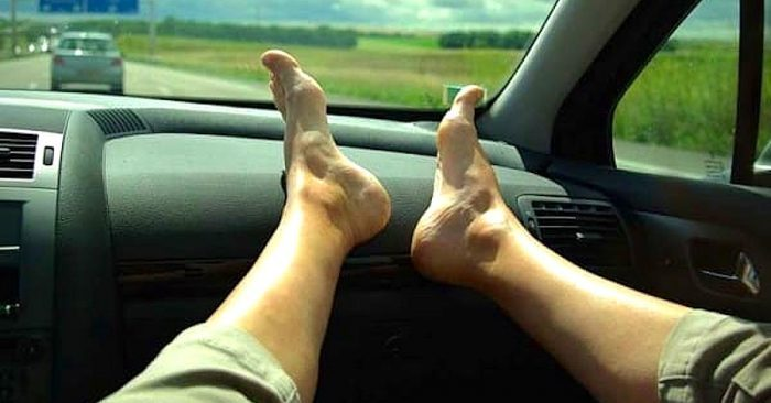 ŠOKEERIVAD FOTOD: ÄRGE hoidke oma jalgu sõidu ajal auto armatuurlaual