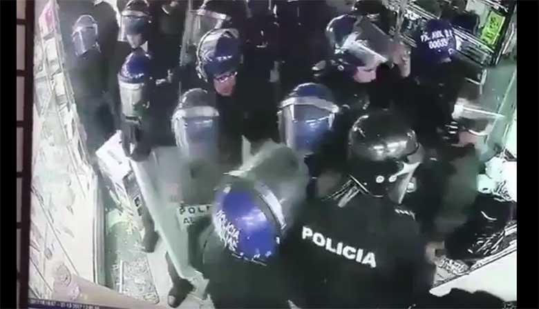 VIDEO: MISASJA - Kamp politseinike siseneb elektroonikapoodi, kus nad varastavad, lõhuvad ja laamendavad