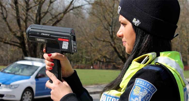 ANEKDOOT: Mees sõidab Pärnu maanteel autoga. Politseinik peab masina kinni...