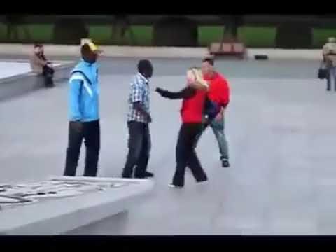 VIDEO: Korralik andmine - mees kaitseb oma naist tülinorivate mustanahaliste eest