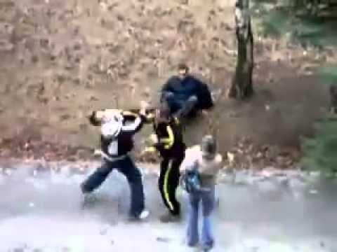 VIDEO: Korralik kuulipildur! Üks mees lööb jalutavat naist - vaata, kuidas naise mees reageerib