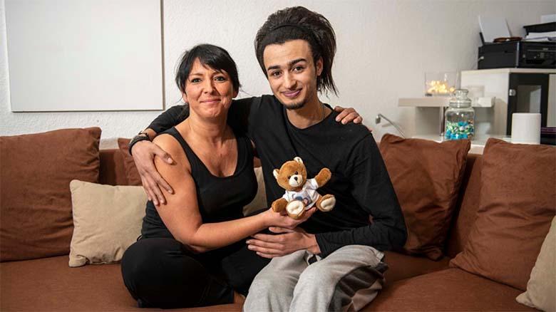 SELLE ARMASTUSE nimel loobusin ma kõigest!  Sakslanna Mona (45) ja pagulane Hamza (24) on väga armunud.