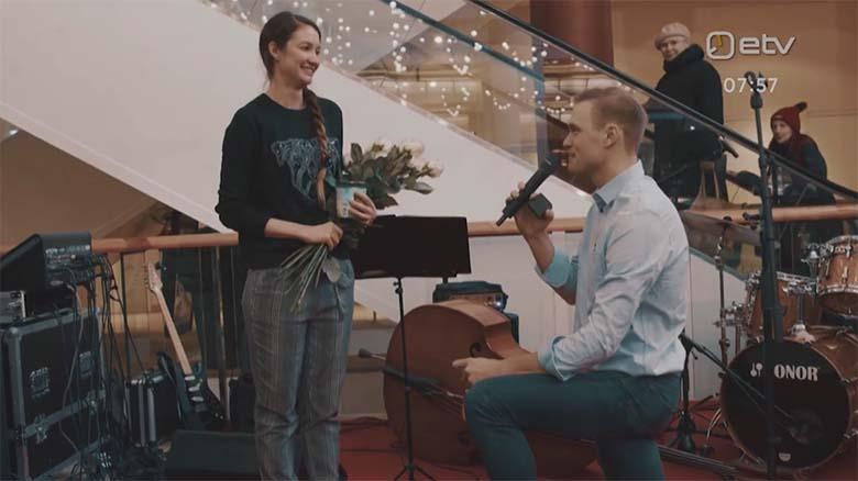 VIDEO: ARMASTUS ON SEE-  Mees tegi Tallinna kaubanduskeskuses armastatule abieluettepaneku