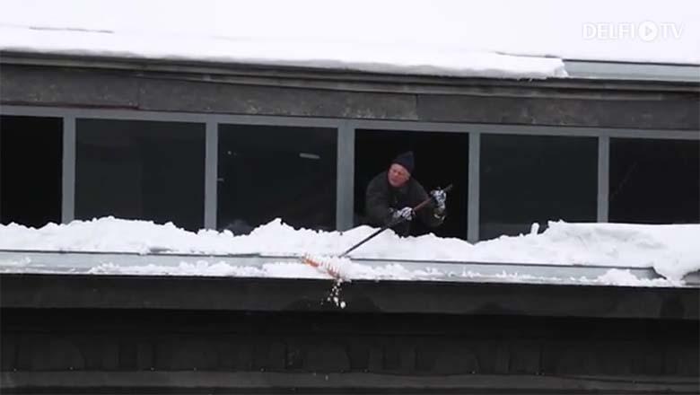 VIDEO: KORRALIK pohhuist - Narva maanteel loopis katust puhastav mees inimestele jääkamakaid ja lund pähe