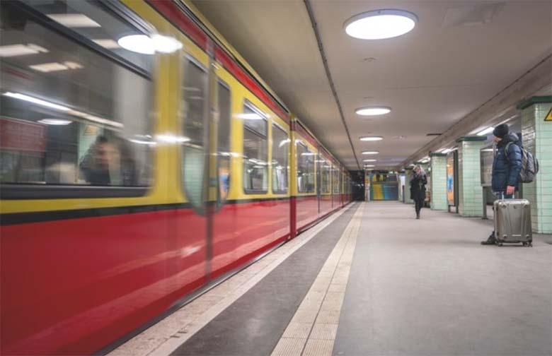 Migrandid lükkasid kolm 16-aastast saksa poissi rongi ette – neist kaks said koheselt surma