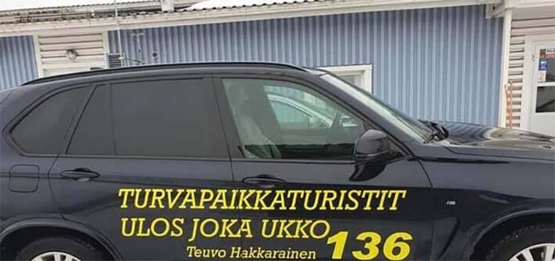 """Skandaal Soomes: Rassistlikud loosungid autol: """"Migrant, kust tulid, sinna lähed!"""" ja """"Varjupaigaturistid välja – iga viimne kui üks""""."""