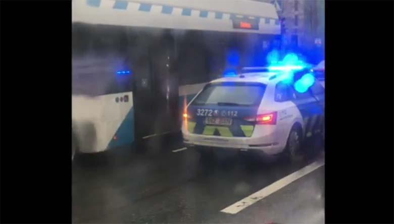 VIDEO: Alarmsõitu teinud politseiauto sattus Sõpruse puiesteel avariisse