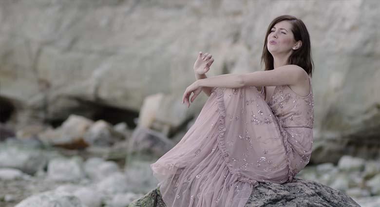 FOTO: HAHA - Birgit Sarrap näitab, mis tal selle ilusa kleidi all on