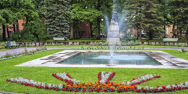 FOTO: Pärnus, Koidula pargis võttis mees end paljaks. Alaealistel vaatamine keelatud