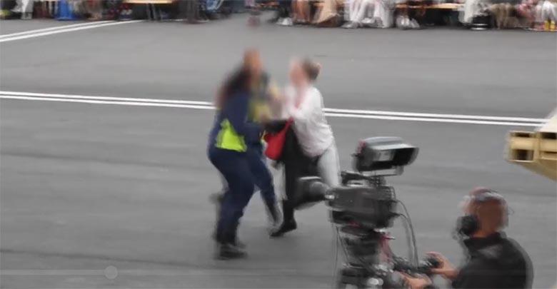 VIDEO: Laulupeol läks kakluseks - agressiivne naine ründas turvatöötajaid