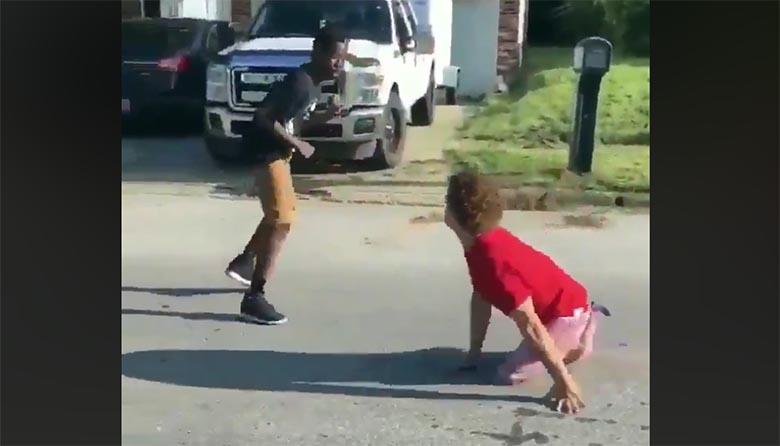VIDEO: Vaata, kuidas tänavavõitluses kakleb ilma jalgadeta poiss