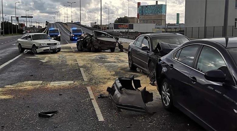 Tallinnas Peterburi teel põhjustas juhtimisõiguseta mees suure liiklusõnnetuse