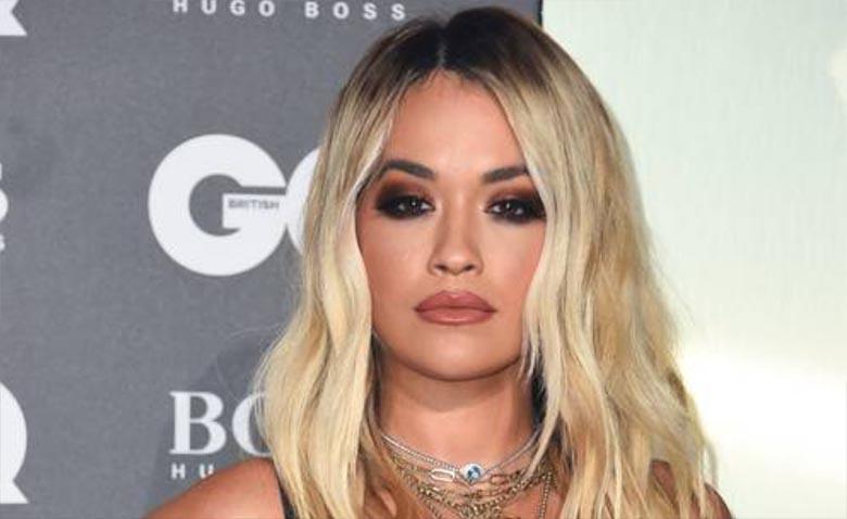 FOTO: UPS - Rita Ora tiss vupsas purunenud kleidist välja