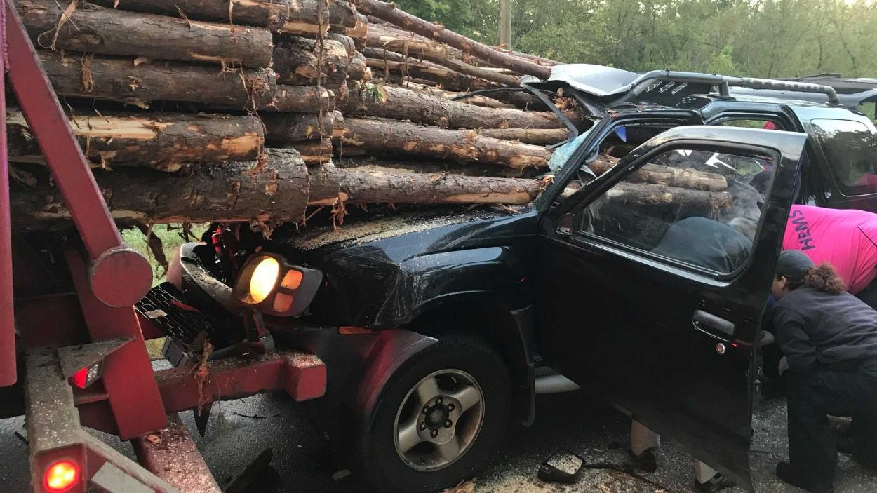 FOTOD: Erakordne juhus -  Sa ei arva kunagi ära, kuidas autojuht selles avarii ellu jäi