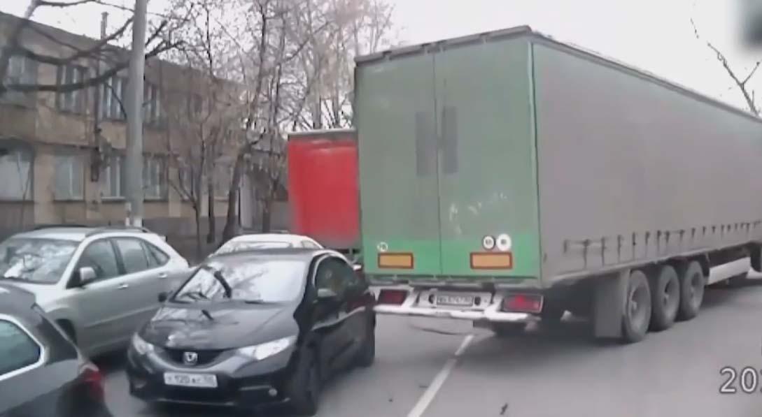 VIDEO: Halenaljakas – vaata, mida veoauto selle sõiduatoga kogemata teeb